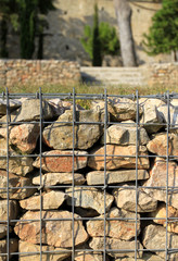 mur de pierres et grillage