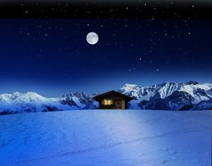 Schihütte bei Mondschein im Gebirge