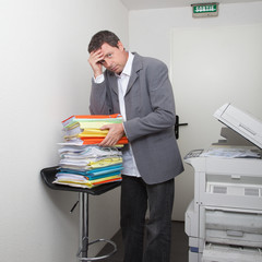 Homme et la corvée des documents à trier