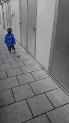 Kind zieht Spielzeug Farbtupfer