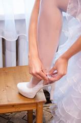 Невеста надевает туфельку