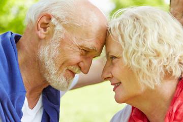 Verliebtes Paar Senioren schaut sich in die Augen