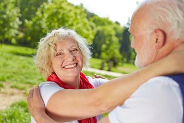Verliebte Senioren tanzen in der Natur