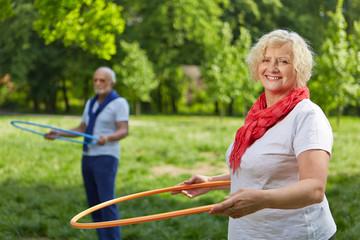 Senioren beim Fitnesstraining im Garten