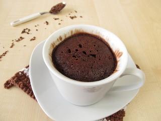 Schokoladen Mug Cake in der Tasse aus der Mikrowelle