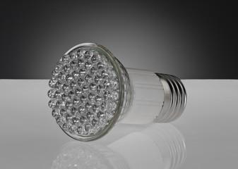 LED Energiesparlampe E27 auf weißer Spiegelfläche