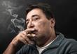 uomo che fuma il sigaro - 72859317