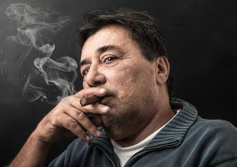 uomo che fuma il sigaro