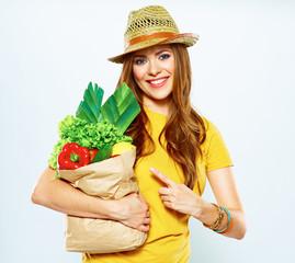 woman presentinf green food