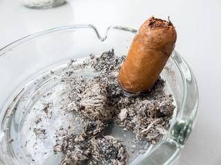 Zigarre in einem Aschenbecher