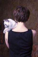 Строгий портрет девушки с кошкой