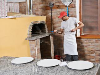 man preparing pizza