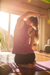 Eine attraktive Frau macht Fitness