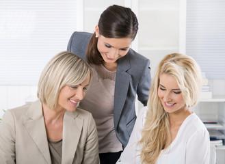 Gutes Betriebsklima unter Frauen im Beruf: Frau und Karriere