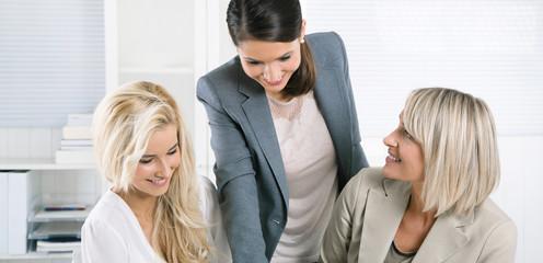 Team von weiblichen Personen sitzend im Büro in Besprechung