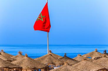 Marokko Fahne über dem Strand in Agadir