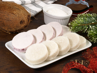 Kokoskonfekt mit Weihnachtsdekoration