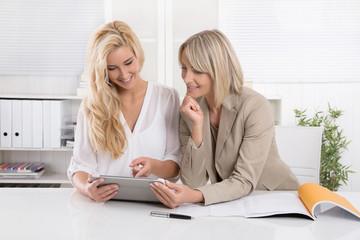 Beruf Industriekauffrau: Auszubildende mit Chefin im Büro