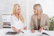 Team von weiblichen Personen in einem Meeting im Büro