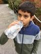 bambino che beve
