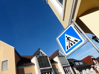 Verkehrszeichen am Zebrastreifen in Oerlinghausen bei Bielefeld