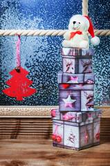 Weihnachtsteddy auf Weihnachtsgeschenken