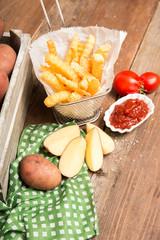 Pommes Frites aus frischen Kartoffeln mit Ketchup
