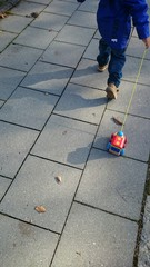 Kind zieht holzspielzeug zug