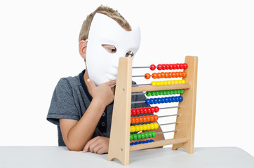 Junge mit Maske und Rechenmaschine