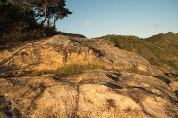 夕日を浴びる岩棚