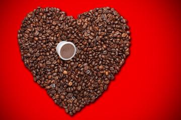 Un Cuore di chicchi di caffè e capsula