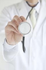 聴診器を持つ医師の手元