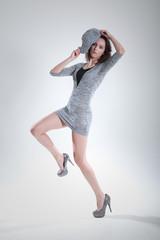 Hübsche junge Frau in Fashion Pose im Foto Studio