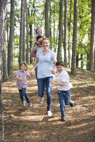 Familie geht mit Kindern im Wald spazieren - 72913127