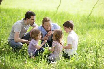 Familie rastet auf einer Wiese