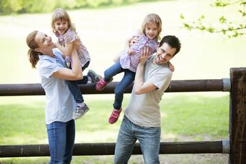 Familie mit Zwillingsmädchen auf dem Land