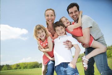 Glückliche Familie mit Kindern