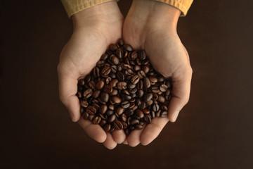 コーヒー豆を持つ手