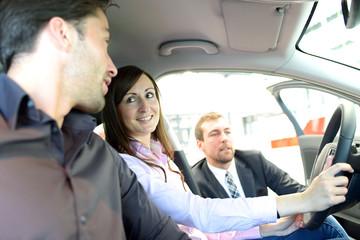 junges Paar testet Fahrzeug im Autohandel // car trade