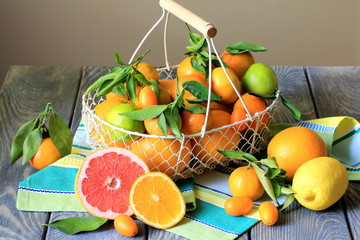 Корзина с апельсинами и мандаринами