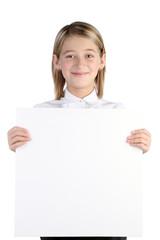 Счастливая девочка держит доску для записей в руках