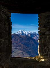 Vecchia finestra sul monte bianco