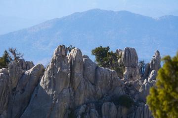 keskin kayalıklar