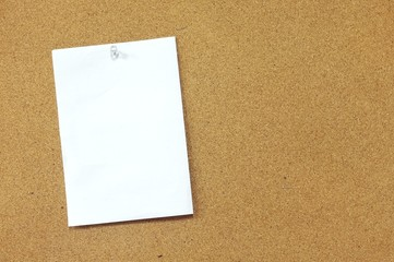 Blank memo paper pinned on cork noticeboard