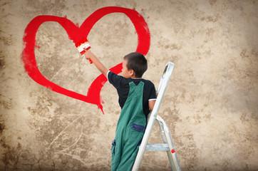 Kind malt ein Herz
