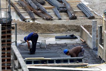 Robotnicy na budowie zbrojarze.