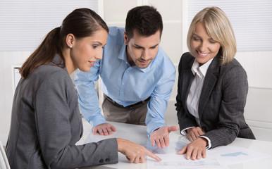 Business Meeting: Personen weiblich und männlich im Büro