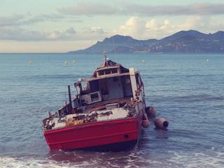 Bateau échoué sur la plage de Cannes