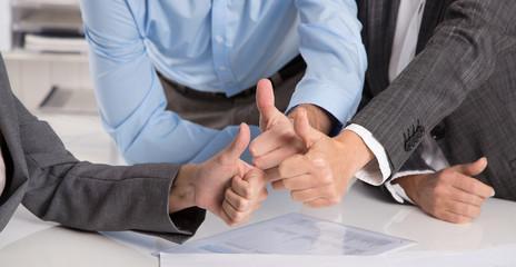 Konzept Daumen: Team, Sicherheit, Versprechen, Erfolg