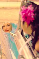 Junge Frau im Rückspiegel